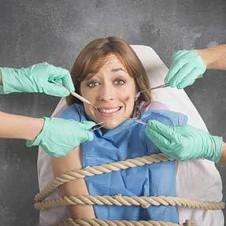 Ängstliche Frau im Zahnarztstuhl gefesselt